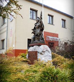 Figura św. Floriana przy Komendzie Powiatowej PSP. Rawicz, powiat rawicki.
