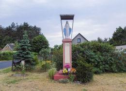 Kapliczka z figurą Matki Boskiej. Czarnotki, gmina Zaniemyśl, powiat średzki.