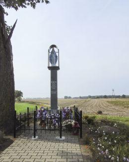Przydrożna kapliczka kolumnowa Matki Boskiej. Giecz, gmina Dominowo, powiat średzki.