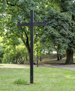 Krzyż przy kościele św. Jana Chrzciciela i Matki Bożej Pocieszenia. Giecz, gmina Dominowo, powiat średzki.