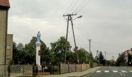 Przydrożna kapliczka kolumnowa z figurą Matki Boskiej w centrum wsi. Krzykosy, powiat średzki.