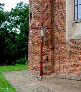 Krzyż przy kościele Świętej Trójcy. Nowe Miasto nad Wartą, powiat średzki.