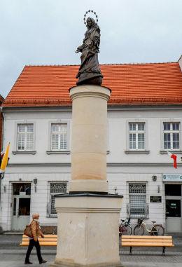 Figura Matki Boskiej z XIX w., rozebrana w 1934 r. zrekonstruowana podczas rewitalizacji Starego Rynku. Środa Wielkopolska, powiat średzki.