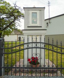 Kapliczka Matki Boskiej z 1946 r. Sulęcin, gmina Krzykosy, powiat średzki.