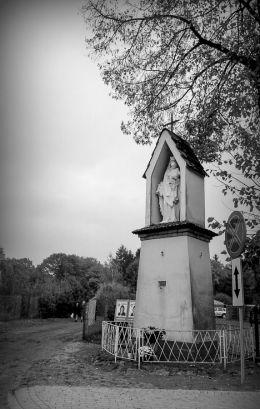 Kapliczka przydrożna Matki Boskiej z Dzieciątkiem u zbiegu ulic Raczyńskiego i Cmentarnej. Zaniemyśl, powiat średzki.