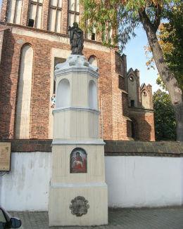 Barokowa kapliczka św. Jana Nepomucena z 1734 r. W niszach obrazy malowane na blasze. Śrem, powiat śremski.