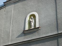 Figura św. Józefa z Dzieciątkiem w fasadzie dawnego lazaretu wojskowego. Śrem, powiat śremski.