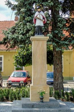 Figura św. Jana Nepomucena na Placu Wyzwolenia. Dolsk, powiat śremski.