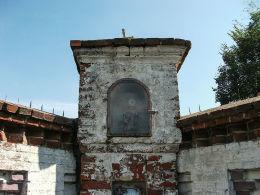Kapliczka w drewnianą figurką św. Wawrzyńca w murze otaczającym folwark. Iłówiec, gmina Brodnica, powiat śremski.