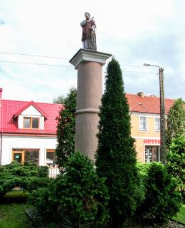 Kapliczka kolumnowa św. Wawrzyńca z końca XIX w. przy kościele Najświętszej Marii Panny Wniebowziętej i św. Mikołaja. Krzyż Wielkopolski, powiat śremski.
