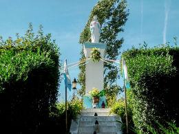 Kapliczka słupowa Matki Boskiej na kopcu powstańców z 1848 i 1863 r. Manieczki, gmina Brodnica, powiat śremski.