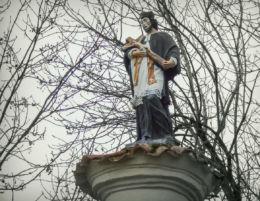 Kapliczka św. Jana Nepomucena na cmentarzu parafialnym. Kaźmierz, powiat szamotulski.