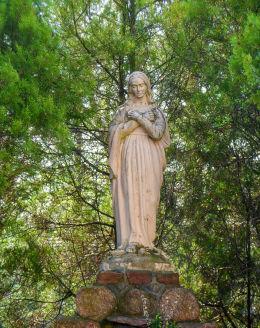 Figura Matki Boskiej przy kościele św. Apostołów Piotra i Pawła. Obrzycko, powiat szamotulski.