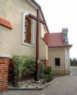 Krzyż przy kościele parafialnym Wniebowzięcia Najświętszej Panny Marii. Ostroróg, powiat szamotulski.