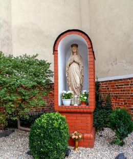 Kapliczka Matki Boskiej przy kościele parafialnym. Ostroróg, powiat szamotulski.