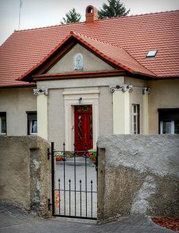 Płaskorzeźba Matki Boskiej z Dzieciątkiem nad wejściem do plebanii. Ostroróg, powiat szamotulski.
