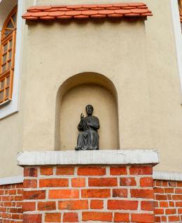 Kapliczka św. Piotra w przyporze kościoła. Ostroróg, powiat szamotulski.