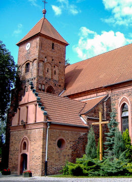 Krzyż misyjny i kościół św. Wawrzyńca. Pniewy, powiat szamotulski.