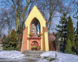 Kapliczka Matki Boskiej przy kościele św. Wawrzyńca. Pniewy, powiat szamotulski.