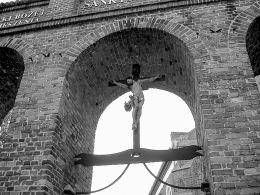 Krzyż pasyjny w bramie kościoła pw. Matki Bożej Pocieszenia i św. Stanisława Bpa. Szamotuły, powiat szamotulski.