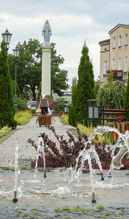 Kolumna z figurą Matki Boskiej na Placu Wolności. Wronki, powiat szamotulski.