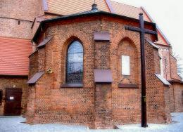 Krzyż misyjny przy kościele św. Michała Archanioła. Władysławów, powiat turecki.