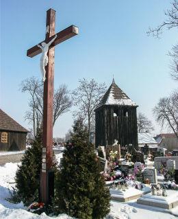 Krzyż przy kościele św. Barbary. Bucz, gm. Przemęt, powiat wolsztyński.