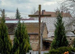 Drewniany krzyż na cmentarzu parafialnym. Chobienice, gmina Siedlec, powiat wolsztyński.