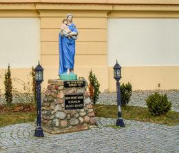 Figura Matki Boskiej z Dzieciątkiem przy kościele św. Piotra. Chobienice, gmina Siedlec, powiat wolsztyński.