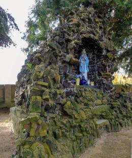 Grota Matki Boskiej na cmentarzu parafialnym. Gościeszyn, gmina Wolsztyn, powiat wolsztyński.