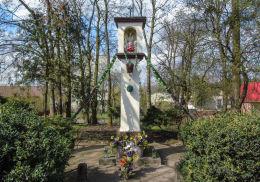 Przydrożna kapliczka Matki Boskiej z Dzieciątkiem. Karpicko, gmina Wolsztyn, powiat wolsztyński.