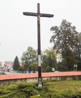 Krzyż misyjny przy kościele św. Wojciecha. Kaszczor, gmina Przemęt, powiat wolsztyński.