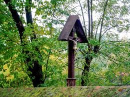 Krzyż pasyjny w ogrodzie plebańskim. Kaszczor, gmina Przemęt, powiat wolsztyński.