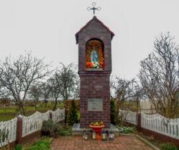 Przydrożna kapliczka Matki Boskiej z 1924 r. zniszczona przez Niemców, odbudowana w 1945 r. Nowy Widzim, gmina Wolsztyn, powiat wolsztyński.