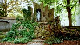 Kapliczka Matki Boskiej w klasztornym ogrodzie. Obra, gmina Wolsztyn, powiat wolsztyński.