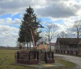 Krzyż przydrożny w centrum wsi. Reklinek, gmina Siedlec, powiat wolsztyński.