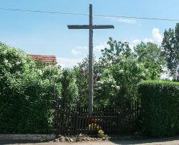 Krzyż przydrożny przy budynku szkolnym. Siekowo, gmina. Przemęt, powiat wolsztyński.