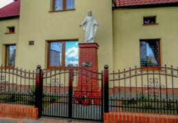 Przydrożna kapliczka Chrystusa przy posesji nr 48. Stara Tuchorza, gmina Siedlec, powiat wolsztyński.