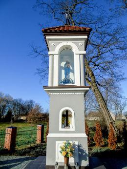 Kapliczka przydrożna z figurą Matki Boskiej. Tłoki, gmina Wolsztyn, powiat wolsztyński.