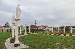 Krzyż z ukrzyżowanym Chrystusem i figury dwunastu apostołów na Placu Pielgrzymów. Wieleń, gmina Przemęt, powiat wolsztyński.