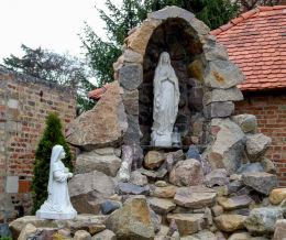 Grota Matki Boskiej z Lourdes obok Sanktuarium Matki Bożej Ucieczki Grzeszników. Wieleń, gmina Przemęt, powiat wolsztyński.