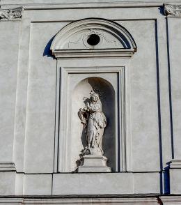Kapliczka wnękowa w szczycie kościoła NMP Niepokalanie Poczętej. Wolsztyn, powiat wolsztyński.