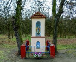 Przydrożna kapliczka Matki Boskiej przy ulicy Wolsztyńskiej. Wroniawy, gmina Wolsztyn, powiat wolsztyński.