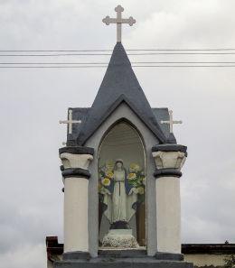 Przydrożna kapliczka Matki Boskiej przy ulicy Dworcowej. Wroniawy, gmina Wolsztyn, powiat wolsztyński.