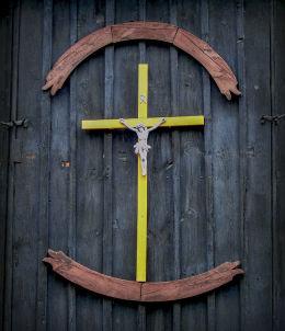 Krzyż na ścianie prezbiterium drewnianego kościoła św. Mikołaja. Czeszewo, gmina Miłosław, powiat wrzesiński.