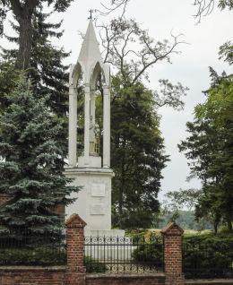 Kapliczka św. Wawrzyńca, pomnik kosynierów miłosławskich. Miłosław, powiat wrzesiński.