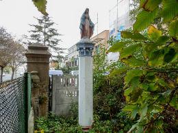 Figura Matki Boskiej przy ulicy Gnieźnieńskiej. Września, powiat wrzesiński.