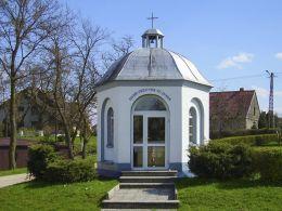 Przydrożna kapliczka domkowa z pierwszej połowy XIX wieku. Blękwit, gmina Złotów, powiat złotowski.