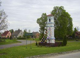 Przydrożna słupowa kapliczka stojąca na rozstaju dróg. Sypniewo, gmina Jastrowie, powiat złotowski.