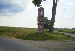 Przydrożna kapliczka słupowa stojąca na rozstaju dróg. Głubczyn, gmina Krajenka, powiat złotowski.